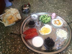 トルコとシリアそれぞれのパン、ヨーグルト、オリーブを用意してくれました!