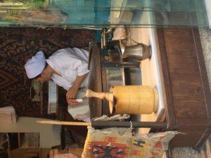 イスタンブールのお店にて。鉄鍋の上でホブズを焼きます。